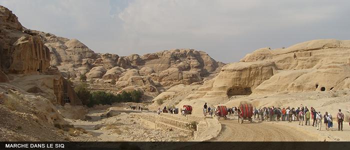 Jordanie marche dans le siq 700x300