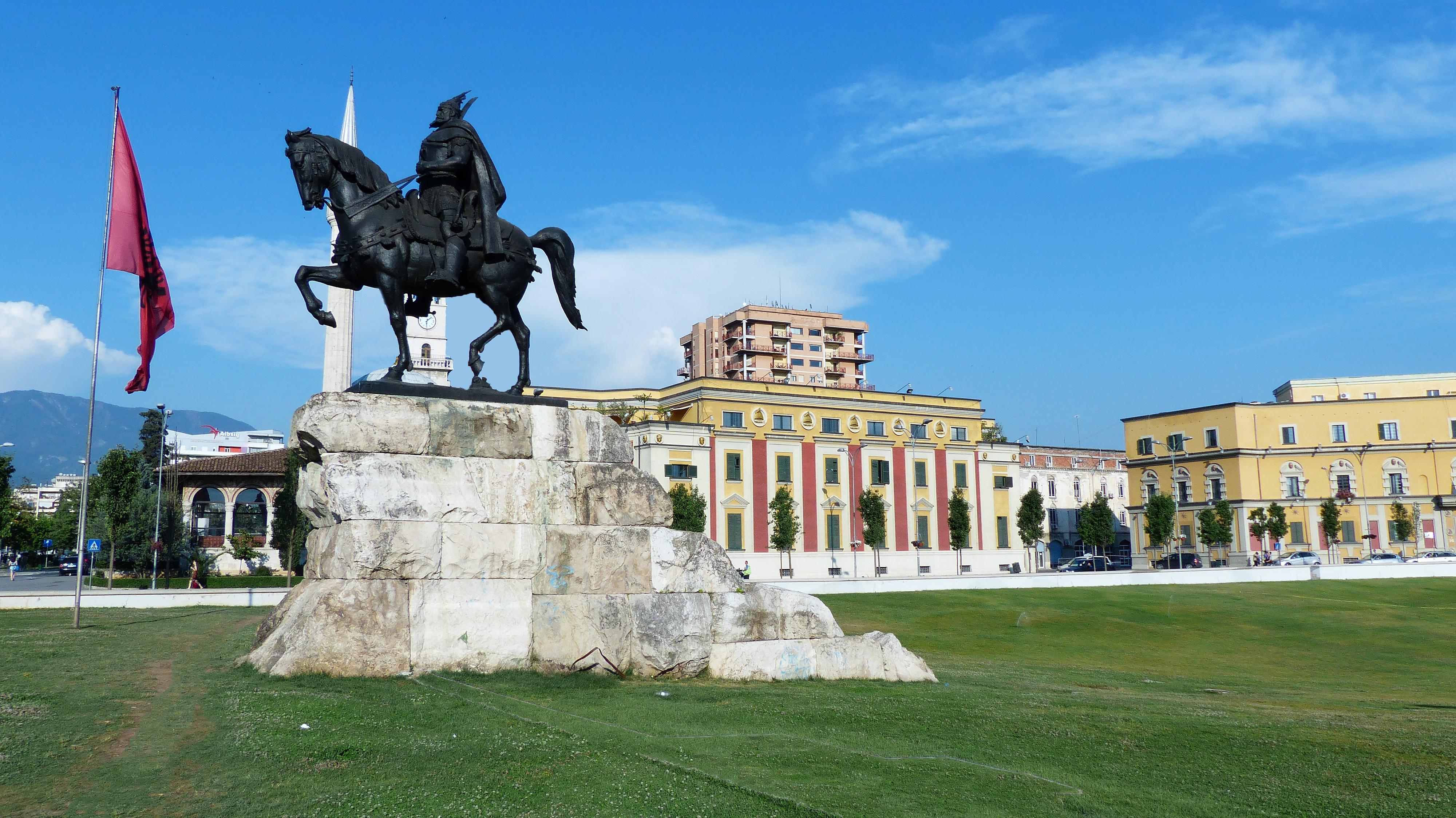 Tirana - statue équestre de Skanderbeg